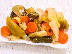 Кисела туршия за зимата (зимнина) с много зеленчуци - карфиол, моркови, зеле, чушки, целина (с натриев бензоат и мед в бидон) - снимка на рецептата